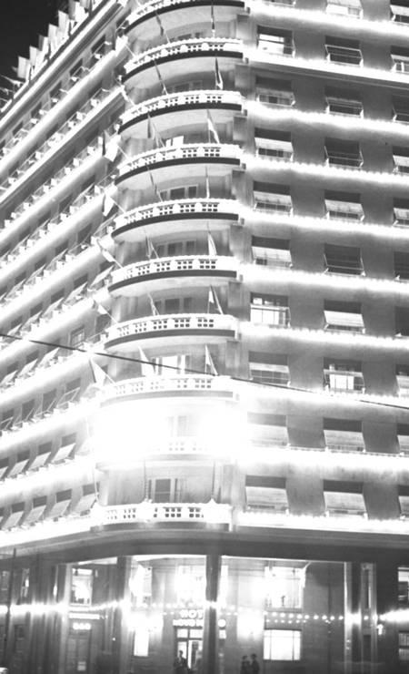 Iluminação da fachada do hotel em 06/06/1957 Foto: Agência O Globo