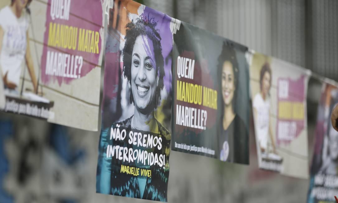 No local do assassinato de Marielle Franco, cartazes exibiam fotos da vereadora Foto: Gabriel Paiva / Agência O Globo