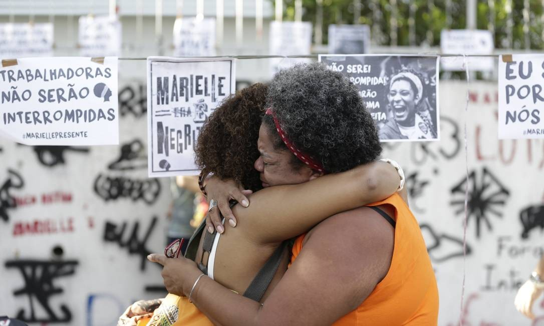Emoção marcou manifestações desta quinta-feira Foto: Gabriel Paiva / Agência O Globo