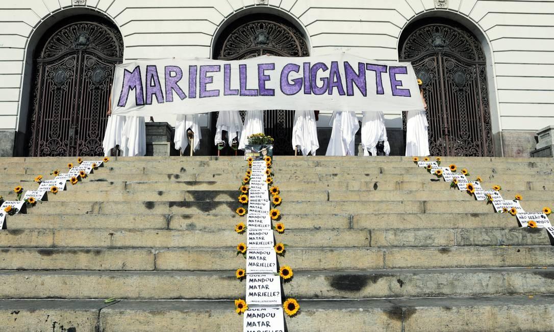 Grupo homenageia Marielle em frente à Câmara Municipal do Rio Foto: SERGIO MORAES / REUTERS