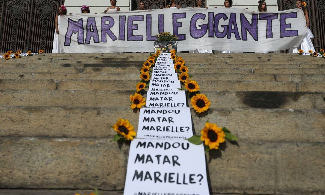 Mulheres seguram faixa em homenagem à vereadora na porta do Palácio Pedro Ernesto Foto: Pedro Teixeira / Agência O Globo