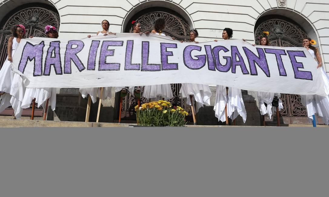 Com os dizeres 'Marielle Gigante', homenagem foi feita por manifestantes com pernas de pau Foto: Pedro Teixeira / Agência O Globo