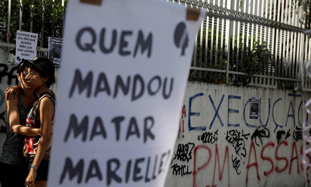 'Quem mandou matar Marielle?', pergunta cartaz na rua João Paulo I, no Estácio Foto: RICARDO MORAES / REUTERS
