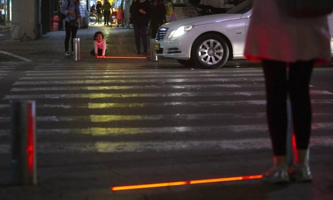 Um cruzamento movimentado de Tel Aviv ganhou luzes de LED para evitar que pedestres distraídos sejam atropelados Foto: Reprodução