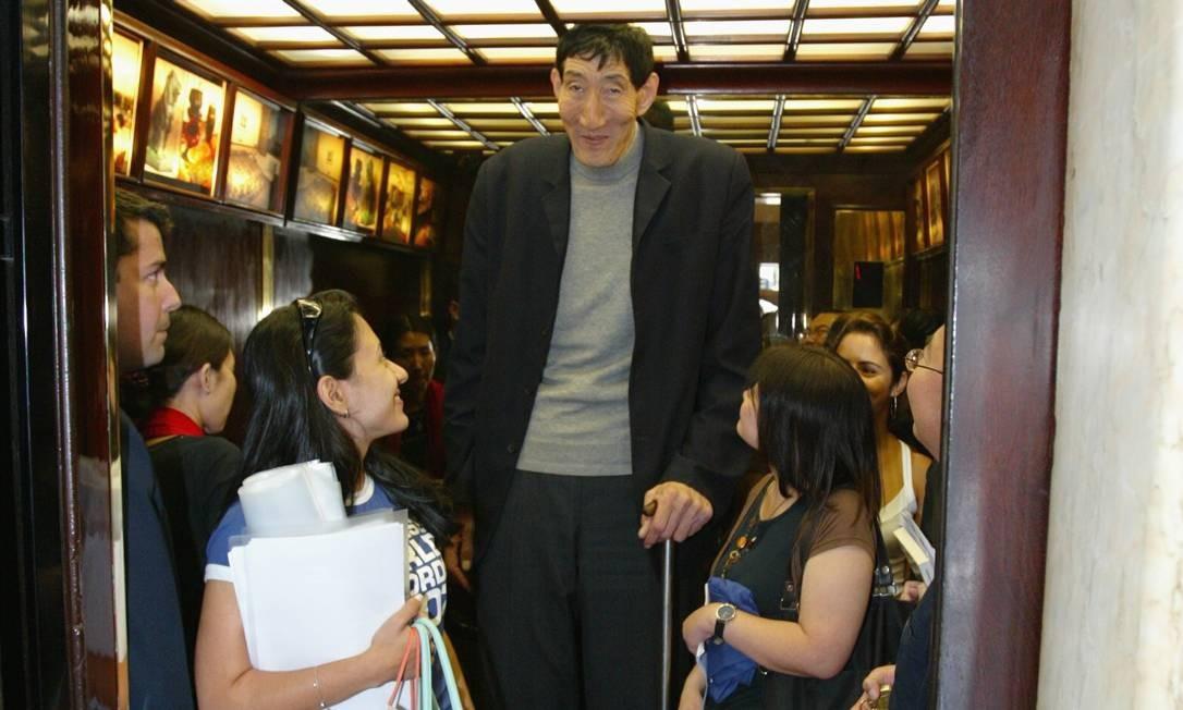 O gigante chinês Xi Shun, com 2,35m no elevador do hotel em 06/11/2006 Foto: Domingos Peixoto / Agência O Globo