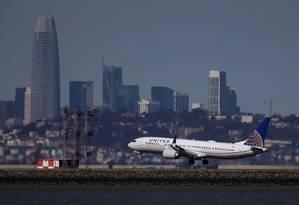 Um Boeing 737 Max da United Airlines aterrissa no aeroporto internacional de San Francisco, em Burlingame, California Foto: JUSTIN SULLIVAN / AFP