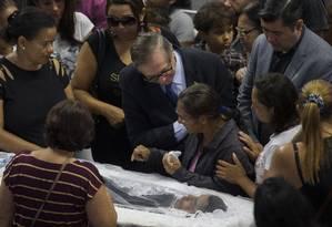 Ministro da Educação Ricardo Velez e o prefeito de Suzano Rodrigo Asiushi no velório das vítimas na Arena Suzano. Foto: Edilson Dantas / Agência O Globo