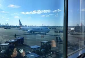 Um Boeing 737 Max 8 da American Airlines estacionado no Aeroporto LaGuardia, em Nova York Foto: NYT