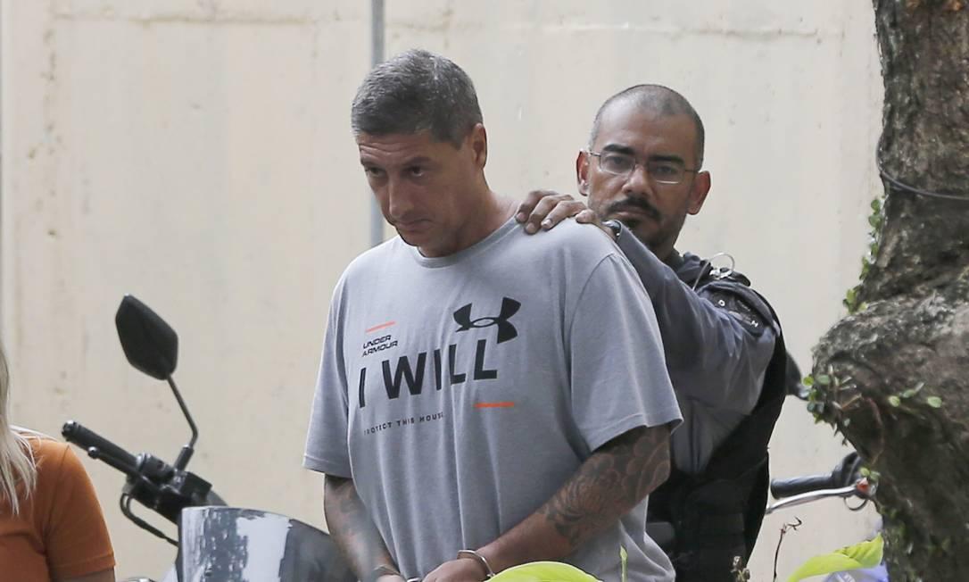 Algemado, Ronnie Lessa deixa a DH na Barra para audiência de custódia em Benfica Foto: Pablo Jacob / Agência O Globo