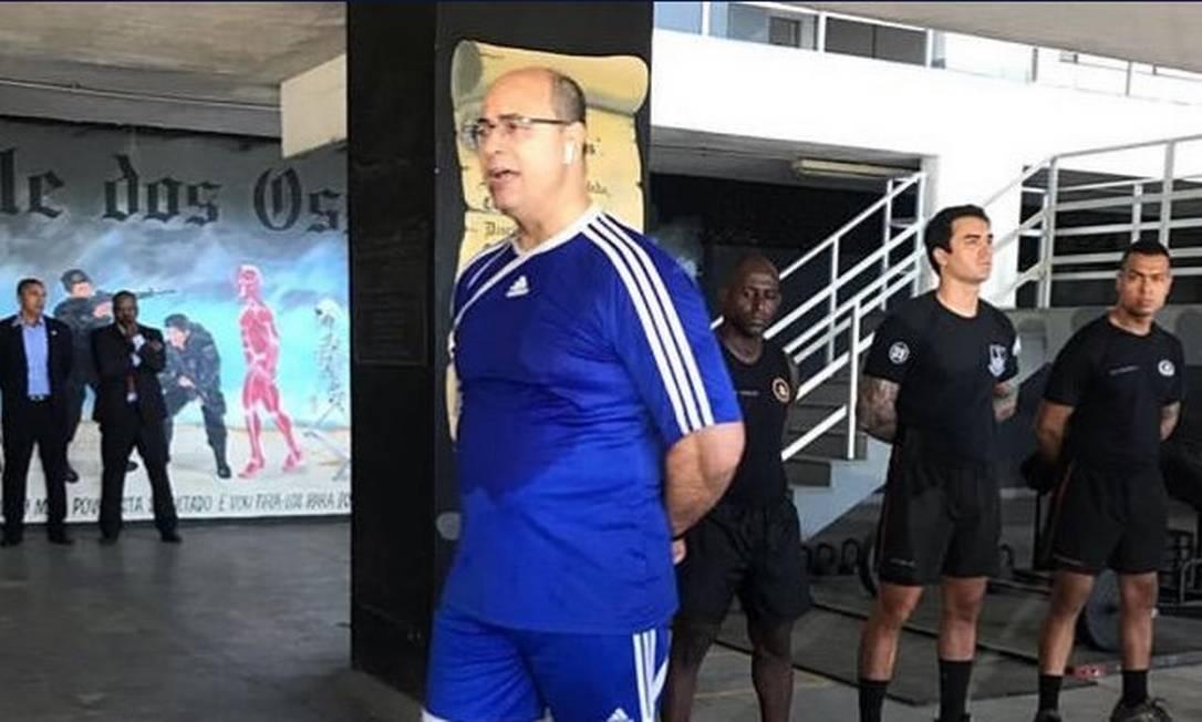 De camisa e short azul, Witzel participa de treinamento na sede do Bope, em 19 de fevereiro de 2019 Foto: Agência O Globo