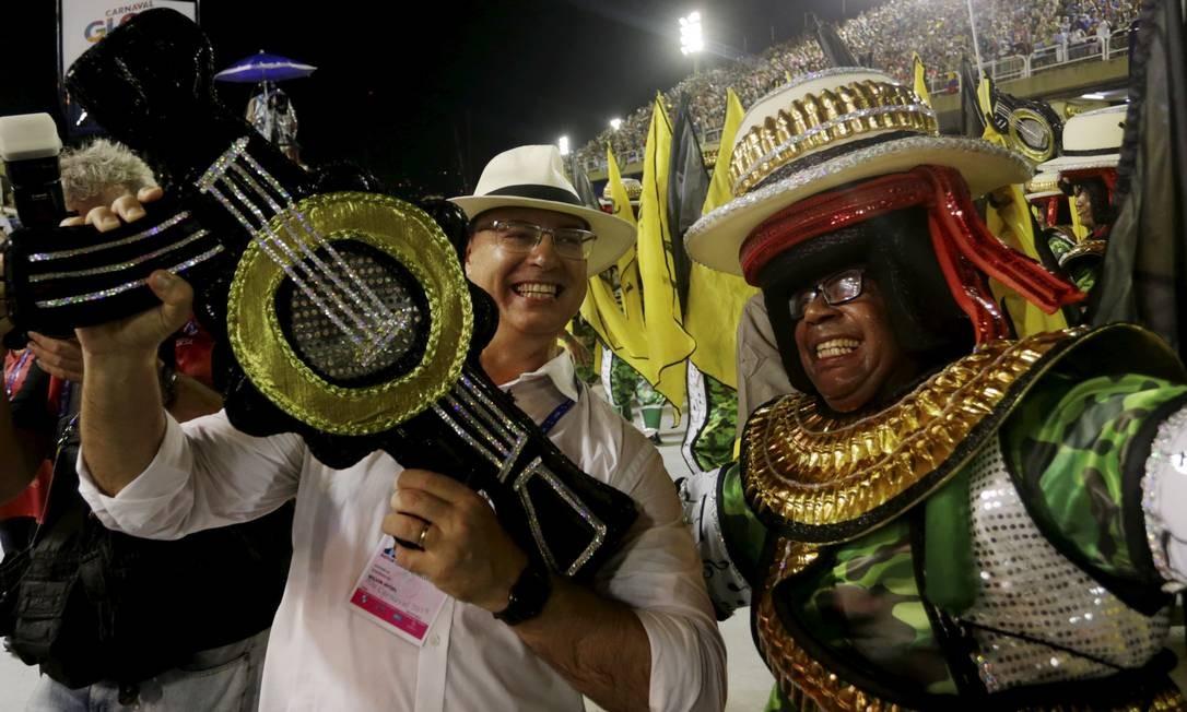 Com parte de fantasia que reproduz arma, governador posa ao lado de componente no desfile da São Clemente Foto: Gabriel de Paiva / Agência O Globo