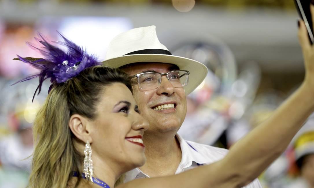 Na Sapucaí, com a mulher Helena, durante o desfile das escolas de samba do Grupo Especial Foto: Gabriel de Paiva / Agência O Globo