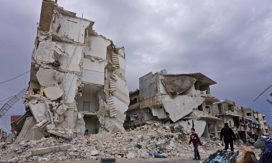 Imagem de destruições provocadas por um ataque aéreo na cidade jihadista de Idlib, no noroeste da Síria. Ataques aéreos russos mataram pelo menos 13 civis, incluindo seis crianças, nesta quinta-feira (14), na província de Idlib. Este é o primeiro ataque desde o acordo de trégua, em setembro de 2018, disse um monitor. O Observatório Sírio para os Direitos Humanos, com sede na Grã-Bretanha, informou que cerca de 60 pessoas também ficaram feridas nos ataques aéreos que atingiram diversas áreas na província do Noroeste, último grande bastião rebelde da Síria Foto: MUHAMMAD HAJ KADOUR / AFP
