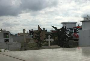 Viatura da PM acompanha enterro de atirador que invadiu escola em Suzano Foto: Cleide Carvalho / Agência O Globo
