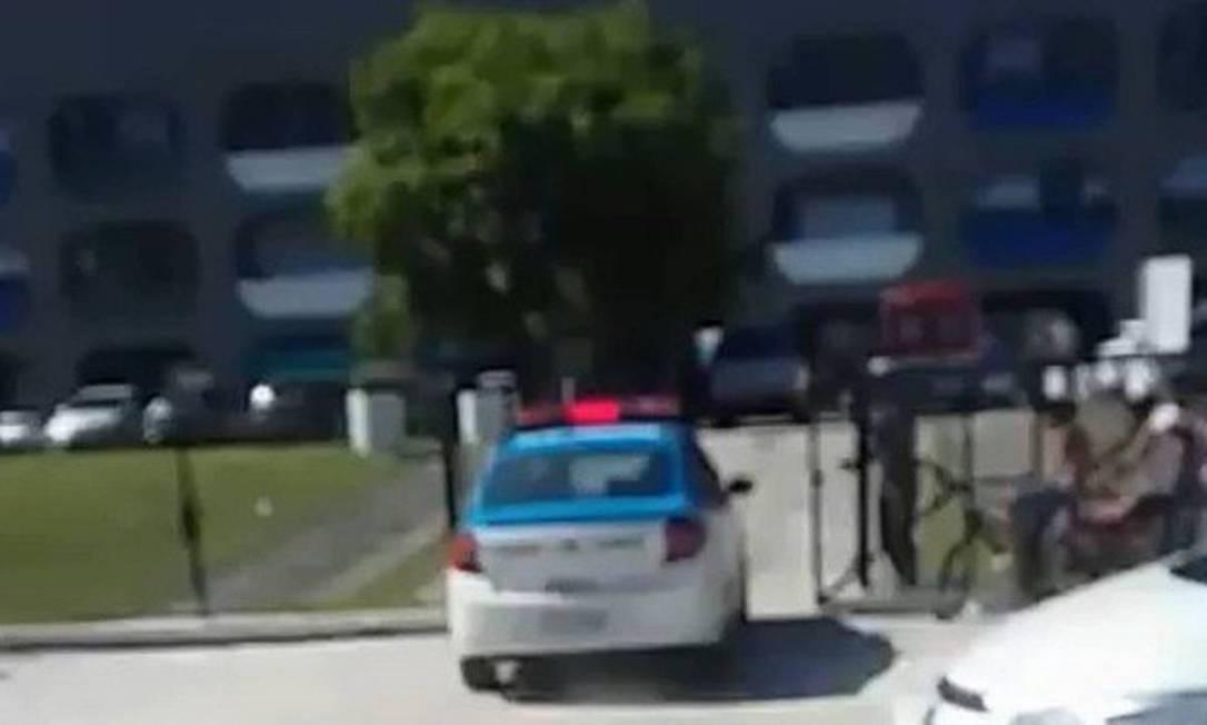 Polícia chega à escola onde um aluno foi esfaqueado, em Campo Grande Foto: Reprodução