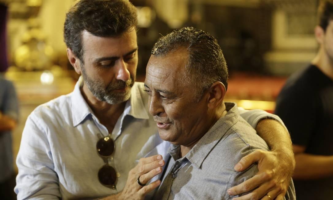 Marcelo Freixo cumprimenta pai de Marielle na missa por um ano da morte da vereadora, na Candelária Foto: Gabriel Paiva / Gabriel Paiva