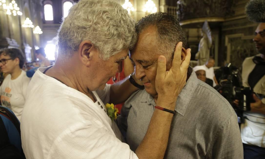 Ex-deputado Chico Alencar saúda Antônio Francisco, pai de Marielle, na missa realizada na Candelária Foto: Gabriel Paiva / Gabriel Paiva