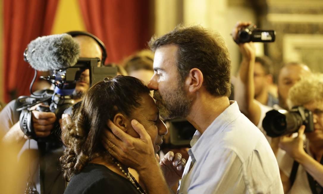 O deputado federal Marcelo Freixo beija Marinete Franco, mãe de Marielle Foto: Gabriel Paiva / Gabriel Paiva