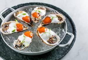 Nosso. Ostras com sorbet de bloody mary finalizada com ar de limão e pipoca de quinoa Foto: TomasRangel / Divulgação