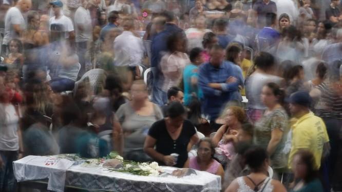 Familiares e amigos das vítimas, além de moradores de Suzano lotaram ginásio onde foi realizado velório nesta quinta-feira Foto: Edilson Dantas / Agência O Globo