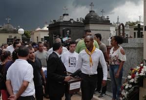 Enterro do corpo de Samuel Melquíades, vítima dos atiradores de escola em Suzano Foto: Edilson Dantas / Agência O Globo