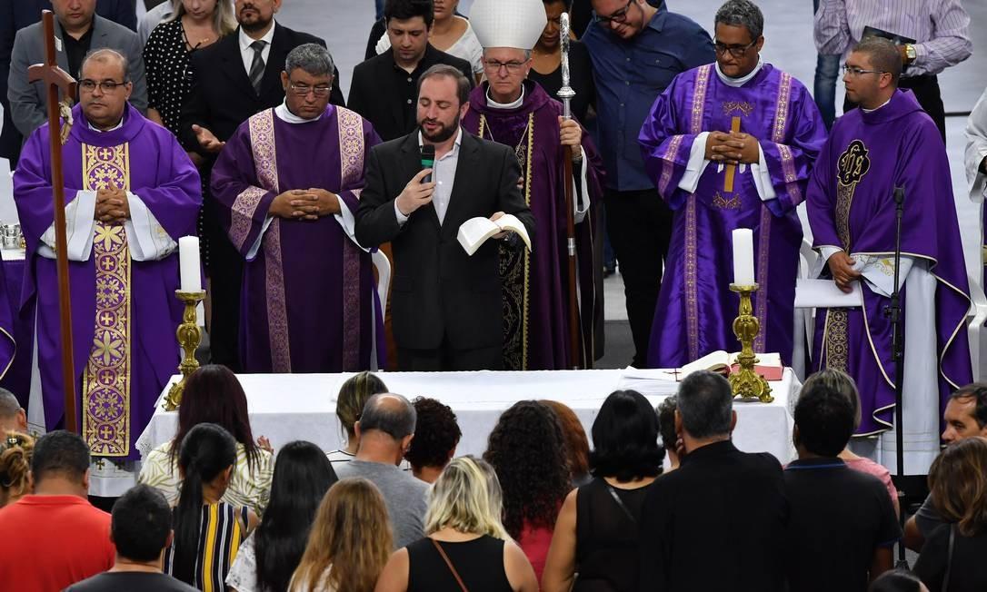 Padres e pastores se revezaram no culto ecumênico realizado nesta quinta-feira em homenagem às vítimas da chacina na escola Raul Brasil Foto: NELSON ALMEIDA / AFP