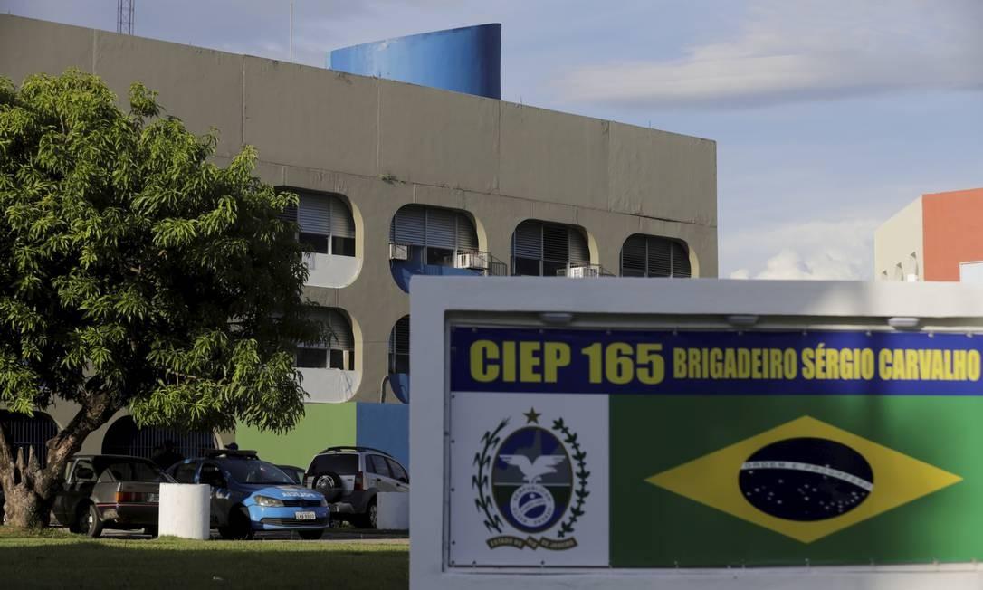 Aluno é esfaqueado no Ciep Brizolão 165 Brigadeiro Sergio Carvalho, em Campo Grande Foto: MARCELO THEOBALD / Agência O Globo
