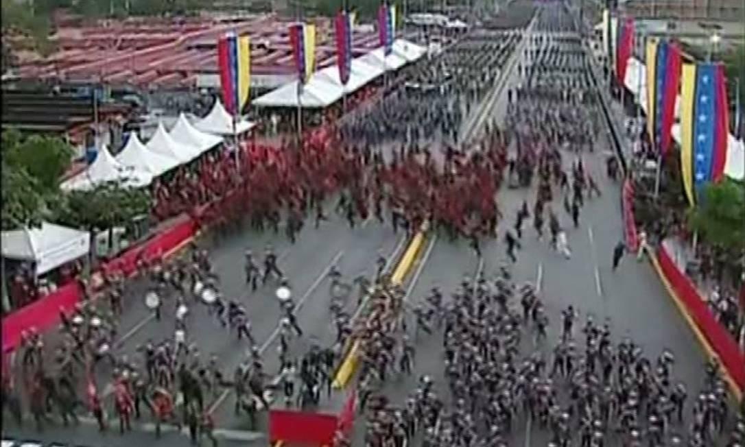 Imnagem da TV estatal venezuelana mostra a correria provocada pela explosão dos drones durante parada militar com a presença de Maduro em agosto do ano passado: presidente da Venezuela era o alvo Foto: VTV/AFP