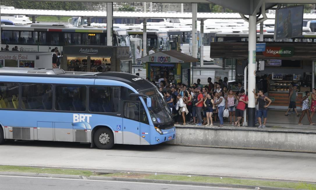 Ônibus para no Terminal Alvorada, na Barra Foto: Antonio Scorza / Antonio Scorza