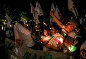 Apoiadores do novo partido oriundo das Farc fazem ato com velas contra uma reforma proposta pelo governo para a Jurisdição Especial para a Paz (PEC) em Medellín Foto: JOAQUIN SARMIENTO / AFP