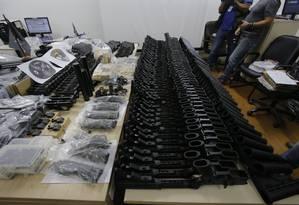 Armas que foram apreendidas pela polícia na casa de Alexandre Motta, amigo de Ronnie Lessa. Foto Alexandre Cassiano / Agência O Globo. Foto: Alexandre Cassiano / Agência O Globo