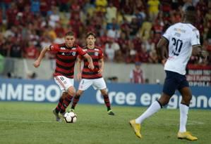 Cuéllar domina a bola na vitória do Flamengo sobre a LDU Foto: Alexandre Vidal/Flamengo
