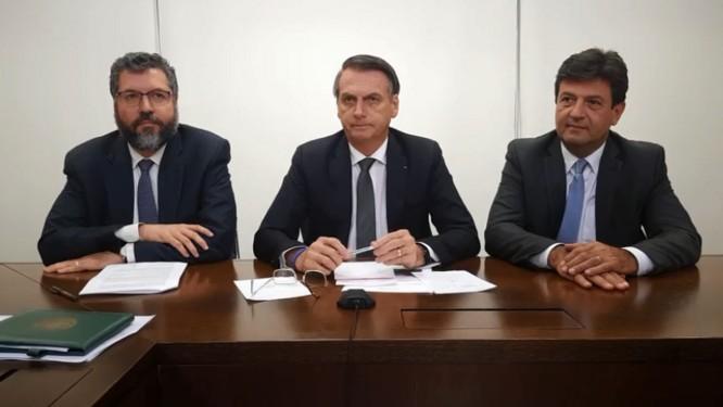 Bolsonaro ao lado dos ministros Ernesto Araújo (Relações Exteriores) e Tarcísio Vieira (Infraestrutura) Foto: Reprodução