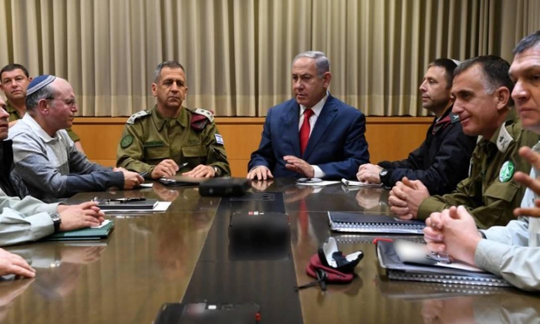 Netanyahu, ao centro, faz reunião de emergência após foguetes serem disparados contra Tel Aviv Foto: HANDOUT / REUTERS