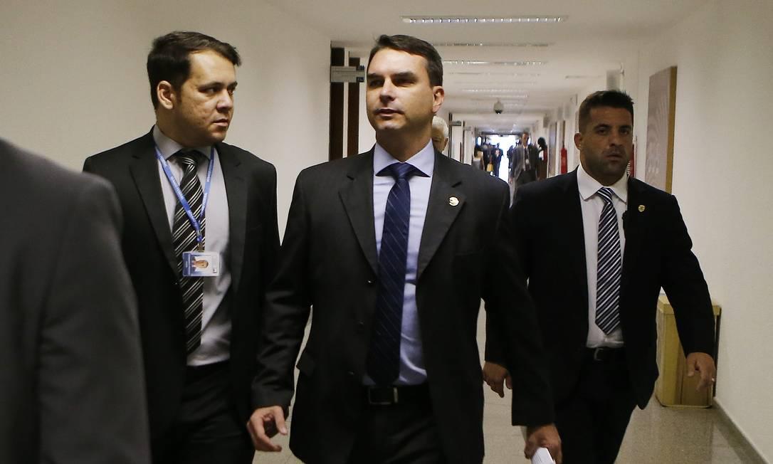 O senador Flávio Bolsonaro (PSL-SP) nos corredores do Senado Foto: Jorge William/Agência O Globo/26-02-2019