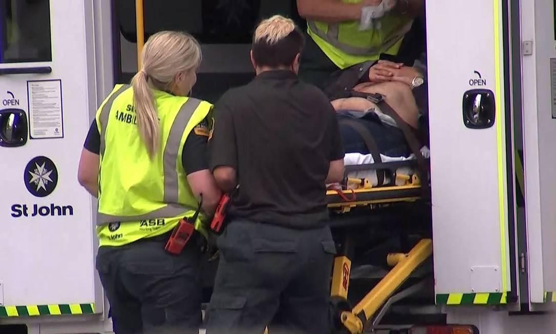 Ambulância socorre vítimas de atentados na Nova Zelândia Foto: TV NEW ZEALAND / AFP