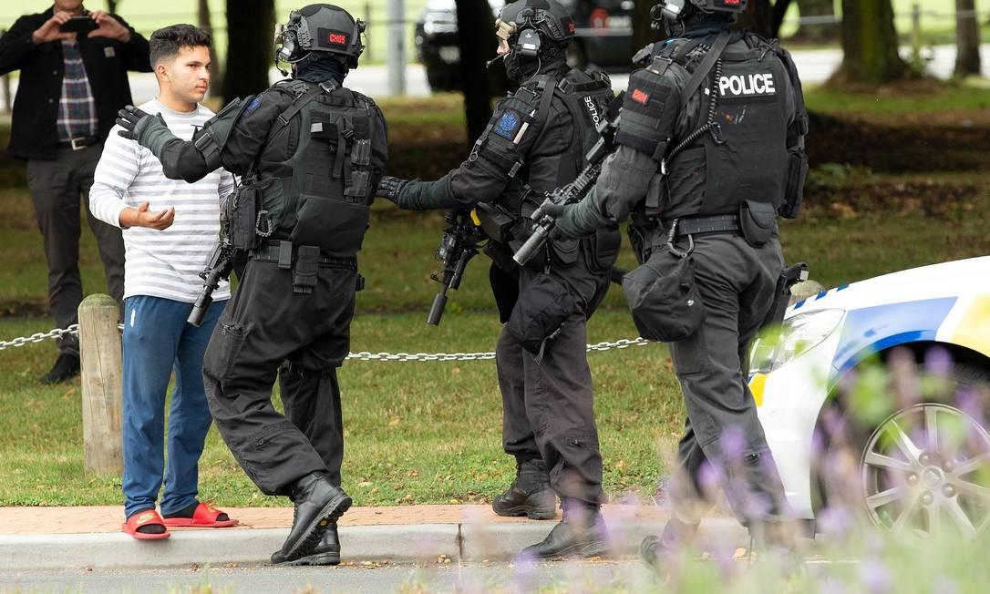 Policiais tenta conter um membro da Mesquita para ele não entrar na área do massacre Foto: Stringer . / REUTERS