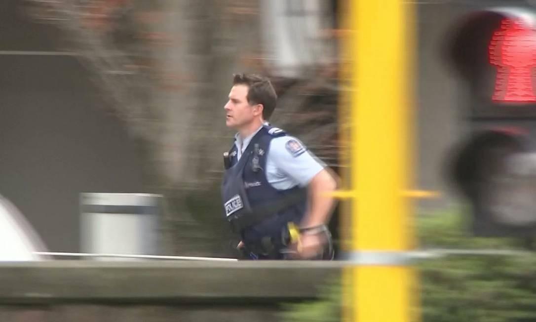 Um vídeo mostra um policial correndo na direção da mesquita atacada no centro de Christchurch, Nova Zelândia Foto: REUTERS TV / REUTERS