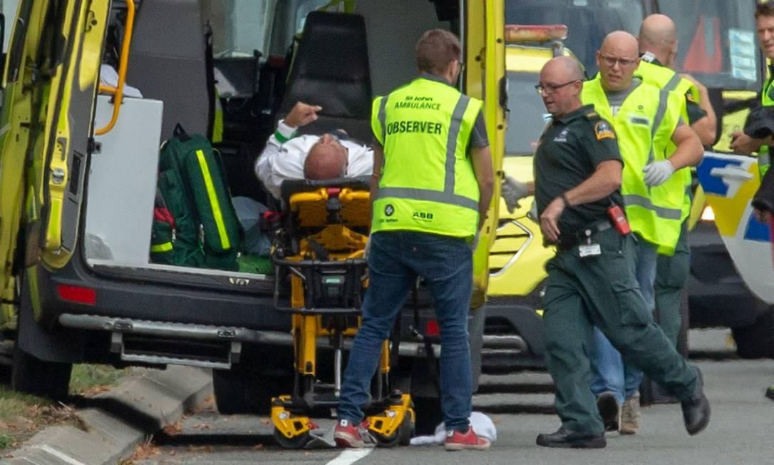 Uma pessoa ferida é carregada em uma ambulância após um tiroteio na mesquita Al Noor em Christchurch, Nova Zelândia Foto: STRINGER / REUTERS