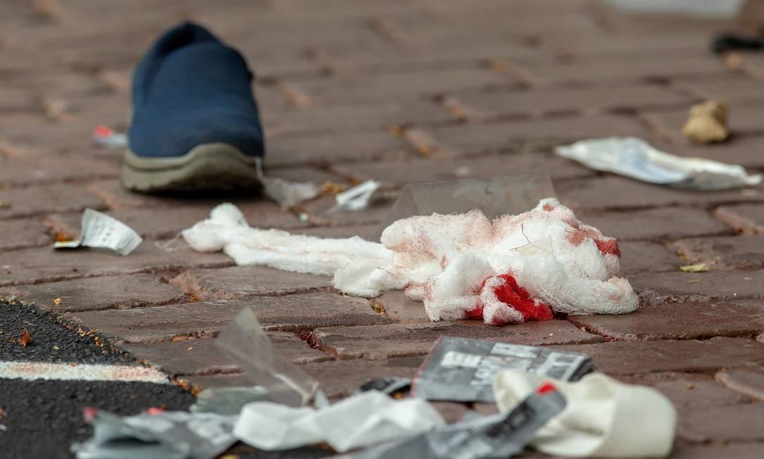 Bandagens ensanguentadas na rua após o ataque na mesquita Foto: STRINGER / REUTERS