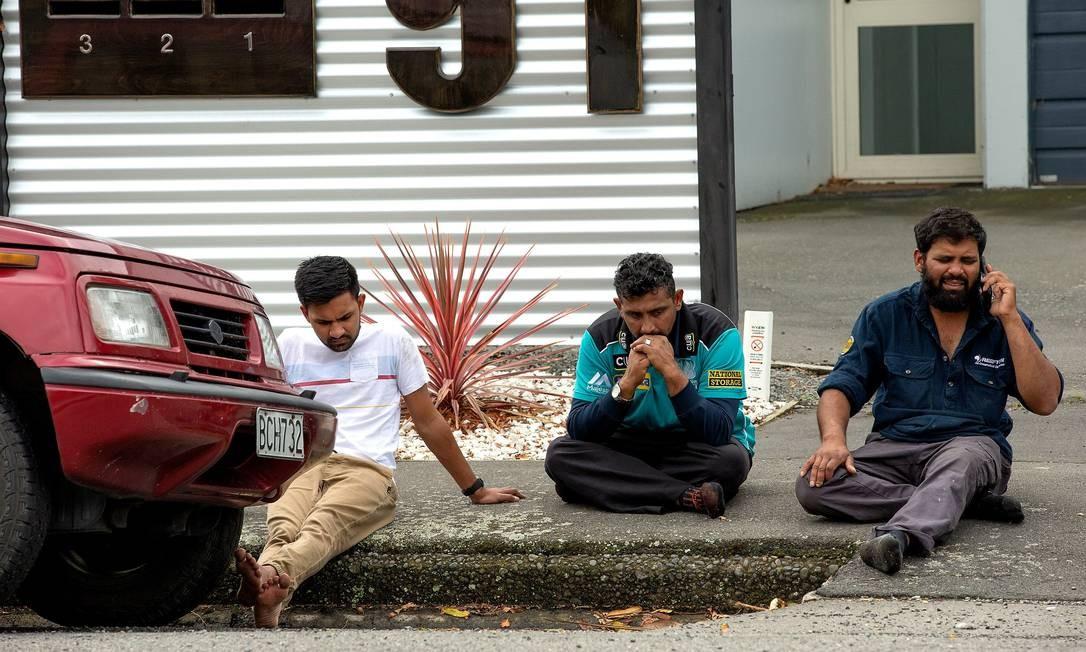 Frequentadores da mesquita desolados após o tiroteio Foto: STRINGER / REUTERS