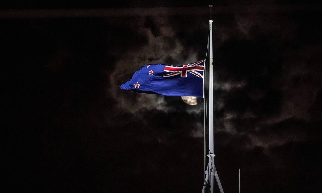 Bandeira da Nova Zelândia hasteada a meio mastro após o tiroteio em Christchurch onde deixaram pelo menos 49 mortos Foto: MARTY MELVILLE / AFP