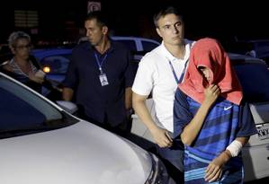 Aluno esfaqueado chega à delegacia,após passar no IML para fazer corpo de delito Foto: Marcelo Theobald / Agência O Globo