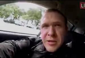 Imagem de vídeo postado em redes sociais de terrorista de extrema direita que atacou mesquitas na Nova Zelândia Foto: SOCIAL MEDIA / SOCIAL MEDIA WEBSITE/via REUTERS