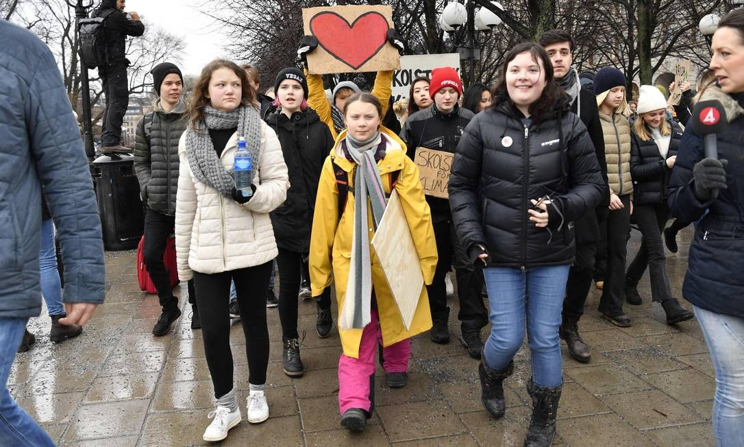 """Greta Thunberg, a ativista sueca de 16 anos (centro) e sua irmã Beata Thunberg (esq), participam do movimento """"Fridays For Future"""" um dia global de protestos estudantis com o objetivo de incitar líderes mundiais a agirem sobre as mudanças climáticas Foto: HENRIK MONTGOMERY / AFP"""