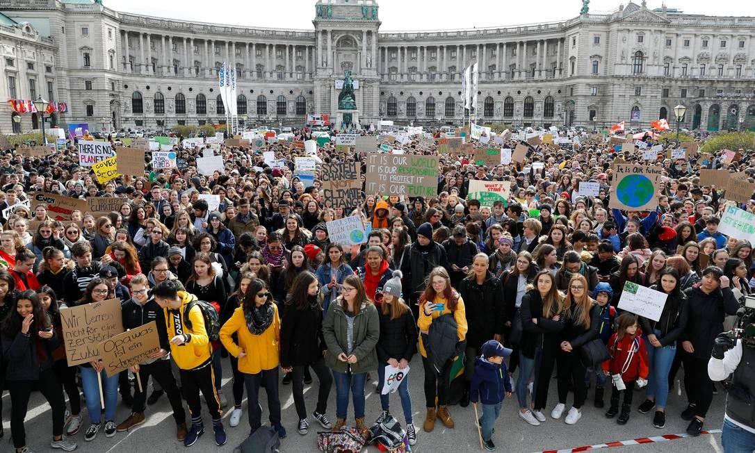 Jovens estudantes matam aula e protestam contra as mudanças climáticas em Viena, Áustria Foto: LEONHARD FOEGER / REUTERS