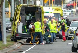 Ferido no atentado é atendido em Christchurch, Nova Zelândia Foto: Martin Hunter / REUTERS