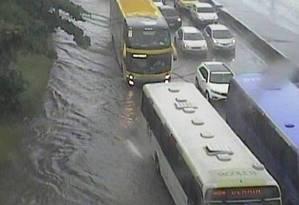 Bolsão de água na Avenida Brasil, altura de Manguinhos Foto: Reprodução/COR