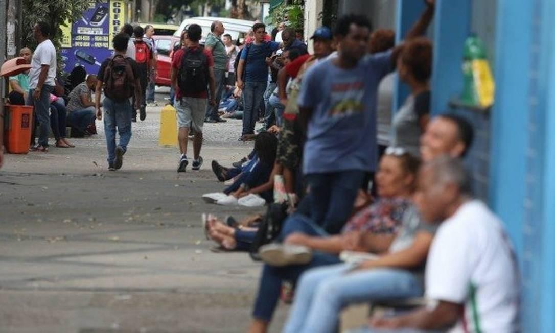 Uma gigantesca fila foi formada um dia antes da inscrição para as vagas Foto: / Fabiano Rocha - Agência O Globo
