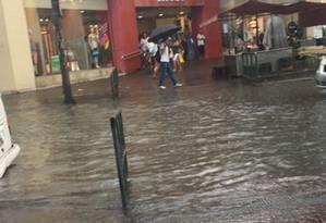 Pedestres enfrentam acúmulo de água em Bonsucesso, na Zona Norte Foto: Redes Sociais